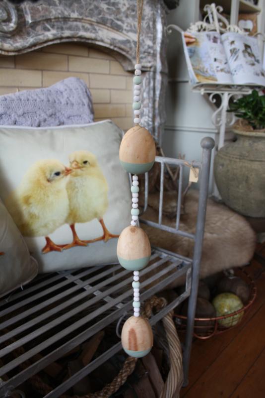 vrolijke slinger met houten eieren in groen