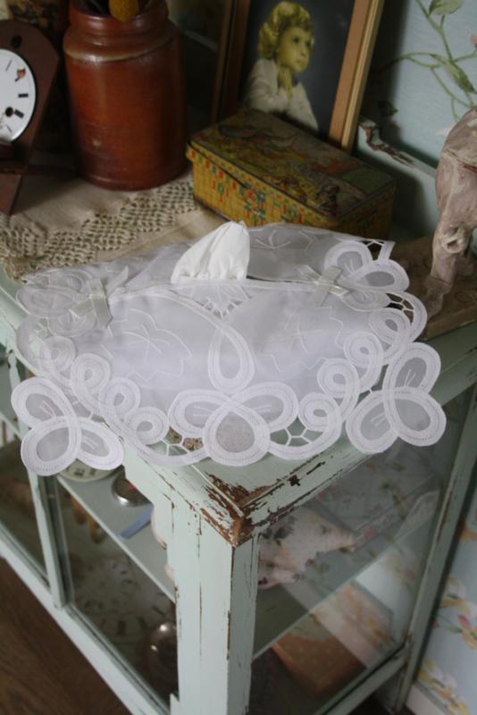 mooie tissue hoes met lacet kant en borduursel