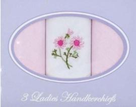 Cadeau doosje met 3 dames zakdoeken wit met roze