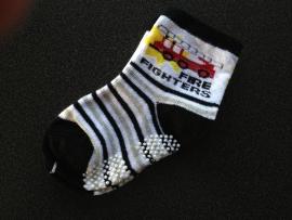 5300 antislip sokken offwhite, zwart, grijs met rode brandweerauto