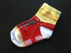 5297 antislip sokken rood wit geel alsof het een schoentje is