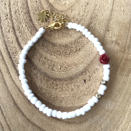 Witte kralen dames armband met rood roosje