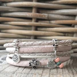 Wikkelarmband met bedels en klavertje vier roze