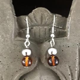 Stalen oorhangers met bruine glaskraaltjes