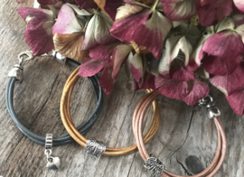 Rosé goud/bruine leren meiden armband met vlinder