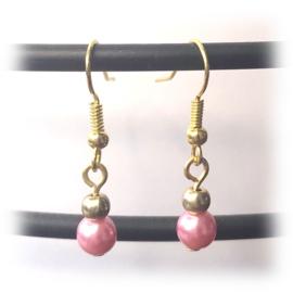 Oorbellen goud kleurig pearly roze