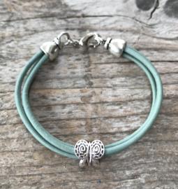 Leren meisjes armband lichtblauw met vlindertje