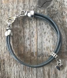 Schattige grijze leren meiden armband met hartje