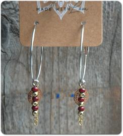 Grote oorringen bedeltjes met details in bordeaux rood 40 mm