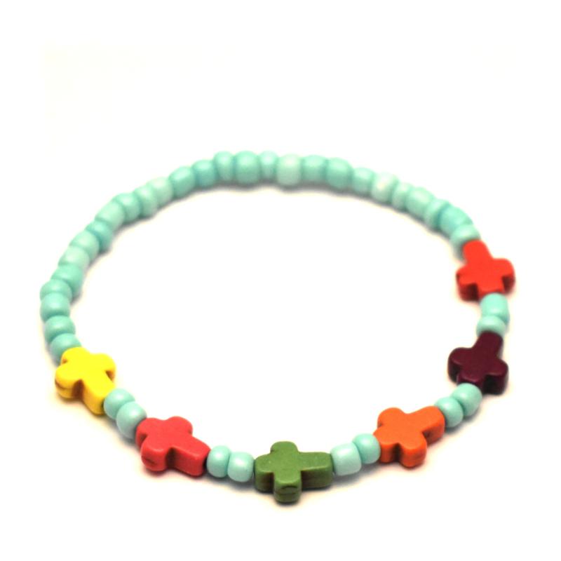 Kralen armband met kleine gekleurde kruisjes