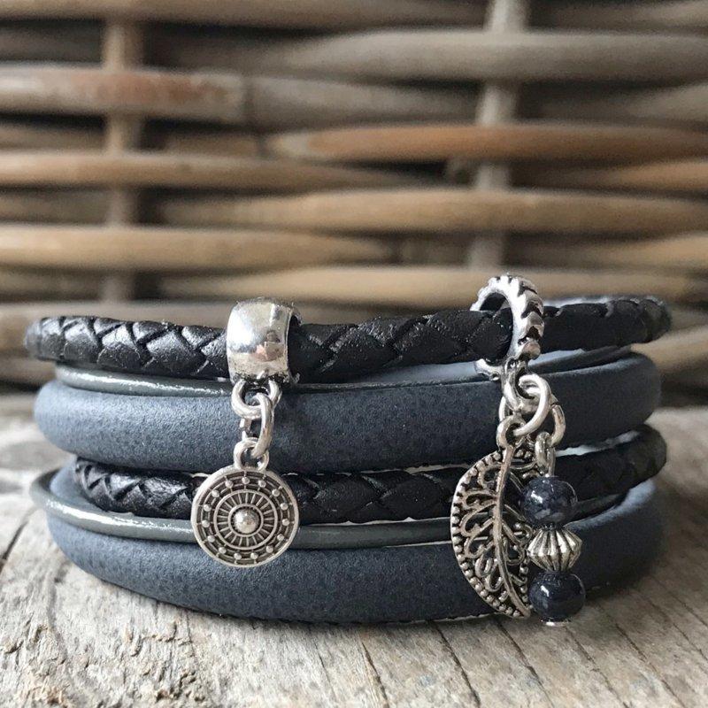 Zwarte wikkelarmband met bedels