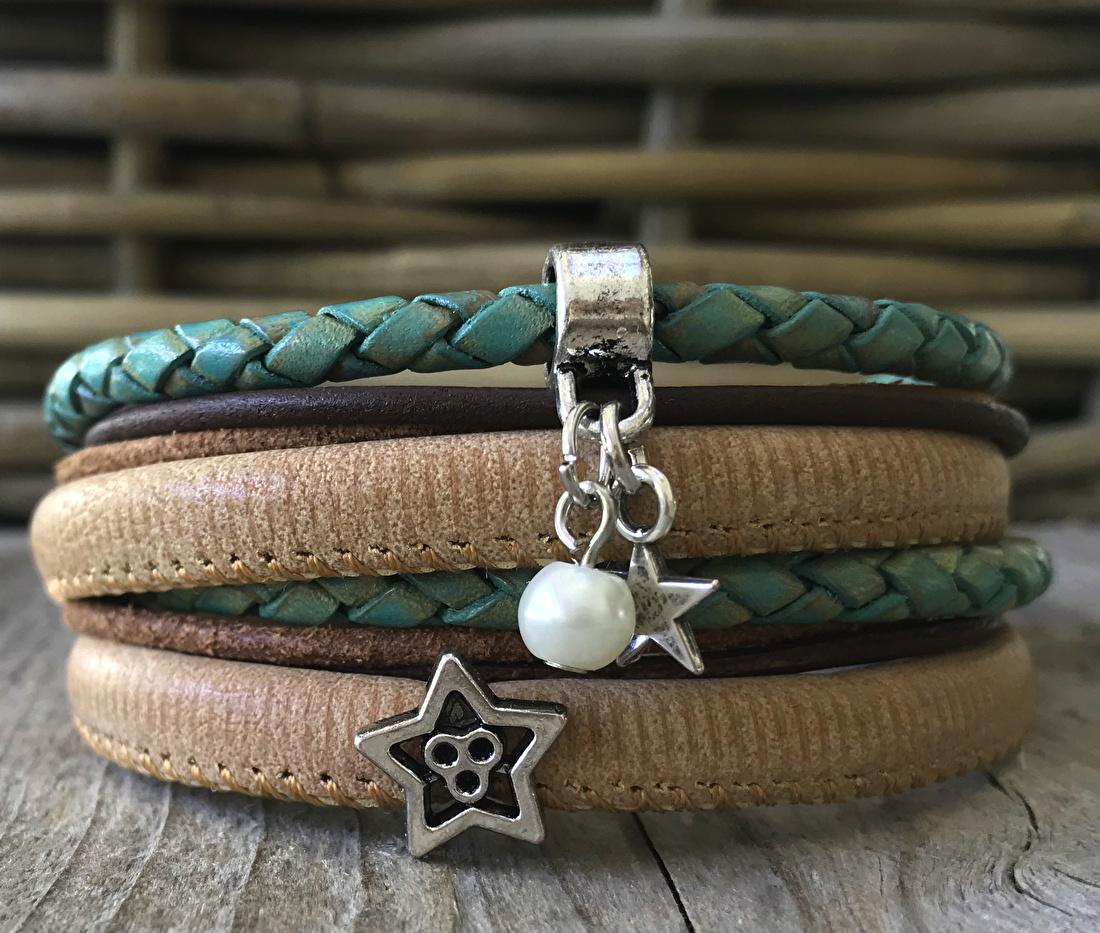 Wikkel armband turquoise/bruin met ster bedeltjes