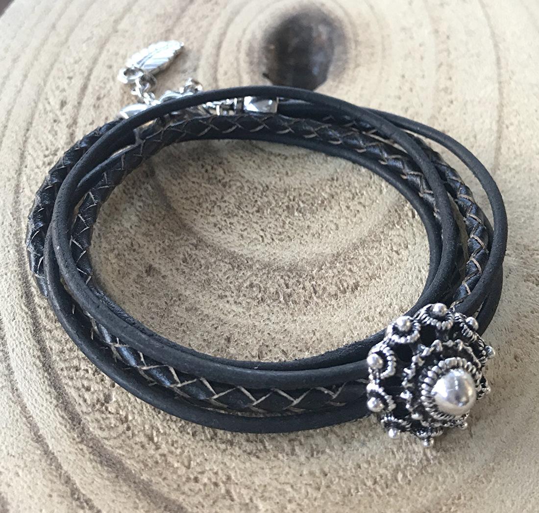 Dames zwarte wikkelarmband van leer met Zeeuwse knop schuiver