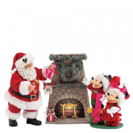 Mickey ,Minnie & Santa Hang the Perfect Wreath H27cm Possible Dreams