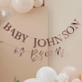 """Baby in Bloom"" gepersonaliseerde rosé gouden slinger"