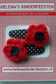 Haarknipjes / zwart met witte stip met rood gehaakt bloem en roosje