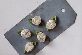 Satijnen roosje met blad wit / 5stk