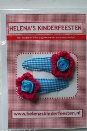 Haarknipjes / lichtblauw geruit met fuchia gehaakt bloem en roosje