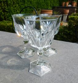 Oude geslepen kristallen wijnglazen met zeshoekige steel en voet