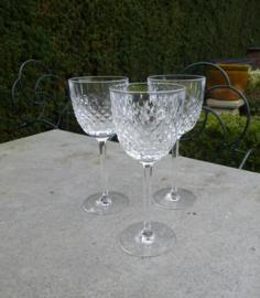 Schitterende oude kristallen geslepen wijnglazen met 6 hoekige steel