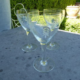 Oude geslepen kristallen wijnglazen