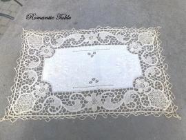 Antiek kleedje met borduurwerk en handgekloste kant no 5