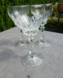 Zeer oude geslepen kristallen wijnglazen