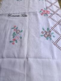 Antiek geborduurd linnen tafellaken met kant no 16