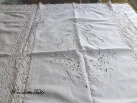 UNIEK : Antiek  tafellaken met hangemaakte Richellieux en kant  220 x 215 cm