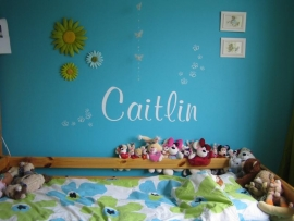 Naam van Caitlin op de muur