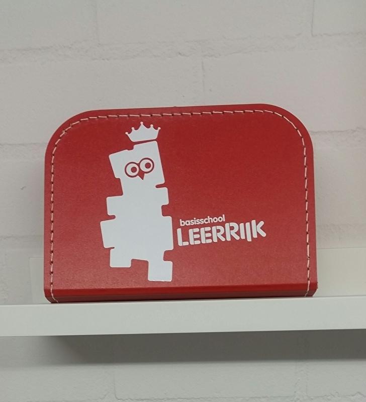Rood Koffertje 25cm Leerrijk logo in folie wit glans