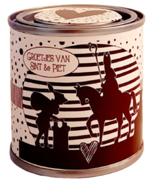 Blikje met tekst ''Groetjes van Sint & Piet'' blikje is  hoog 6,2 cm bij 6,2 cm met kruidnootjes