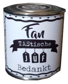 Blikje met tekst ''Fan tasische juf bedankt'' hoog 6 cm doorsnee 6 cm. met hartjes.