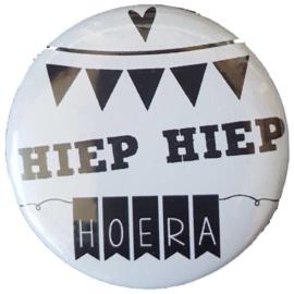 Spiegeltje met tekst ''Hiep hiep hoera'' 56 mm.