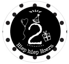 Button met cijfer 2 en tekst ''Hiep hiep Hoera'' 56mm.