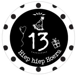 Button met cijfer 13 en tekst ''Hiep hiep Hoera''56 mm.