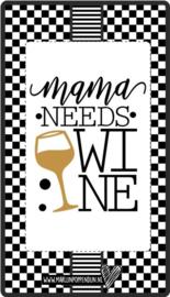 Fles etiket, leuk je fles net even anders te maken, met tekst ''Mama needs wine''. 6.5 bij 11.5 cm