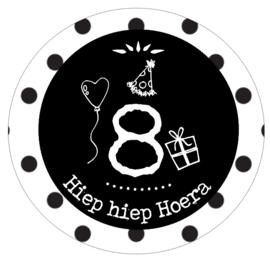Button met cijfer 8 en tekst ''Hiep hiep Hoera'' 56mm.