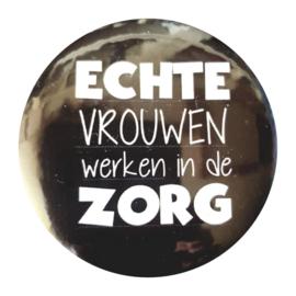 Button met tekst ''Echte vrouwen werken in de zorg'' 56mm.