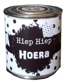 Blikje met tekst ''Hiep Hiep Hoera'' hoog 6 cm doorsnee 6 cm. met hartjes.