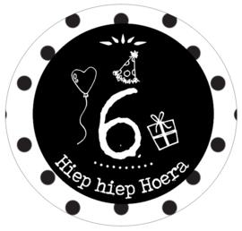 Button met cijfer 6 en tekst ''Hiep hiep Hoera'' 56mm.