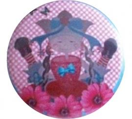 Button Marlijnpoppendijn popje beentjes in de lucht.