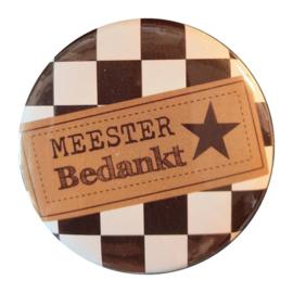Button opener met tekst ''Meester bedankt''56 mm zwart wit geblokt.
