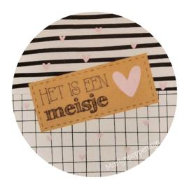 Sticker rond 4 cm met tekst ''Het is een meisje''.