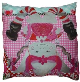 Marlijnpoppendijn sierkussen 45 bij 45 cm popje theepot op zijn kop, rood polka achterkant.