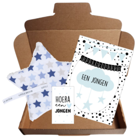 Leuk setje met speendoekje van Little Dutch blauw, felicitatie kaart jongen en klein kaartje Hoera een jongen.