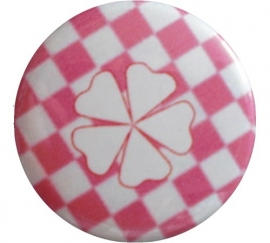Button geluks klavertje roze geruit met wit klavertje.