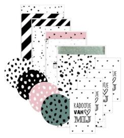 4 verschillende zakjes 12 bij 19 cm,  4 verschillende stickers 4 cm, 4 kleine kaartjes met tekst ''Kadootje van mij''.