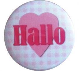Button roze geruit met roze hart en tekst Hallo.