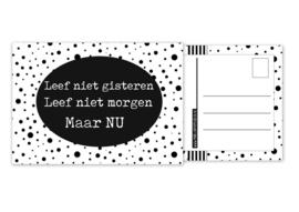 Kaart A6 met tekst ''Leef niet gisteren Leef niet morgen Maar NU .''. 10.5 bij 14.8